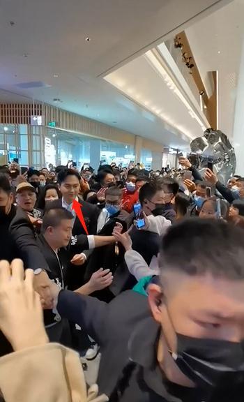 张智霖出席活动,50名保镖围起人墙为豪车开路-Woah.MY