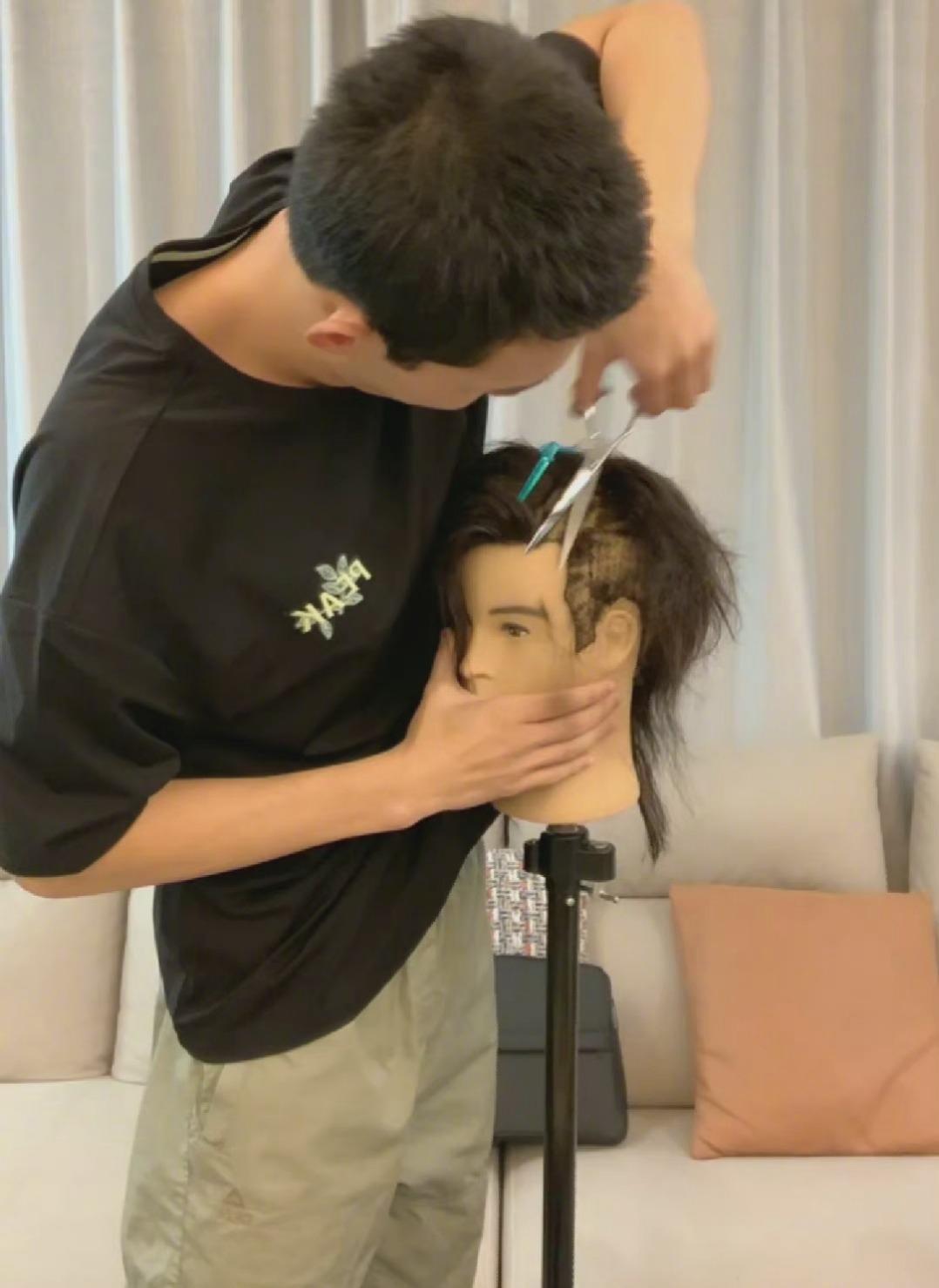 """吴磊剪秃模特头发还称""""绝美侧颜""""!手滑弄掉模特的头,片段出圈笑疯网友-Woah.MY"""