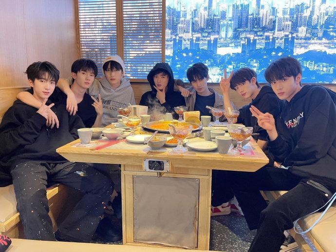 时代少年团7人火锅聚餐全点肉,网友长辈上身:也不点点青菜吃吃…-Woah.MY